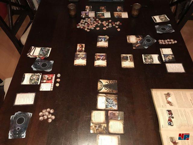 Das Grundspiel ist für maximal zwei Ermittler ausgelegt. Über Erweiterungen können bis zu vier Spieler gemeinsam loslegen.