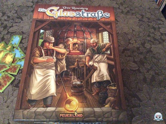 Die Glasstra�e ist f�r knapp 30 Euro komplett auf Deutsch bei Feuerland Spiele erschienen. Man kann es alleine oder mit bis zu vier Leuten spielen. Es ist auch zu zweit empfehlenswert.