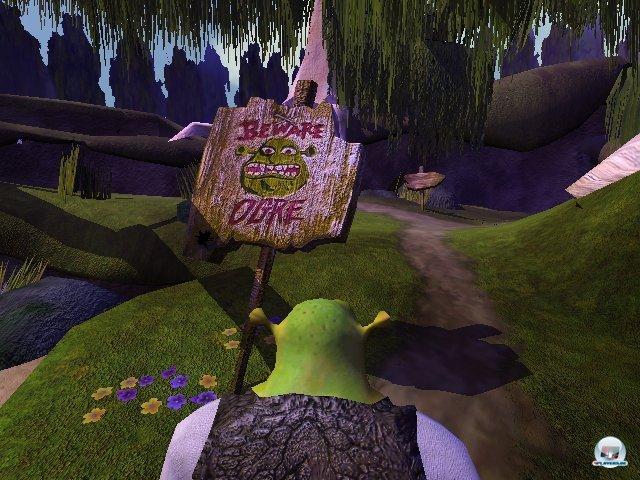 <b>Glänzende Aussichten</b> <br><br> In punkto Polygonzahl und Detailfülle nahmen sich PS2, GameCube und Xbox auf den ersten Blick nicht all zu viel. Ein typischer Vorteil von Microsofts Konsole war allerdings der massive Einsatz von Bump- und Normal-Maps, welche auch aus der Nähe für knackig scharfe und teils spiegelnde Oberflächen sorgten. Besonders schön kam das schon zu Beginn in RalliSport Challenge oder Shrek zur Geltung. DreamWorks erstes Oger-Spiel war inhaltlich eine Gurke, eignet sich aber prima als Anschauungsobjekt: Shreks fein strukturierte Weste und das verwitterte Holz waren damals ein echter Hingucker. 2328672