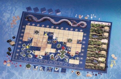 Neben dem großen Spielplan sind 180 Kärtchen, 80 Holzfiguren, knapp 50 Plättchen und ein Würfel enthalten.